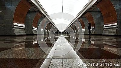 Tidsfördröjning för personer som går i tunnelbanestation stationslobby med personer som väntar på att arbeta lager videofilmer