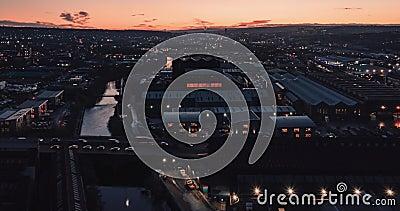 Tiempo aéreo en que se cae la ciudad industrial de Sheffield y el río durante una hermosa puesta de sol en diciembre de 2019 almacen de metraje de vídeo