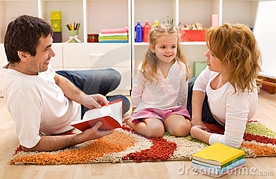Tiempo de la historia de la familia en el cuarto de los cabritos