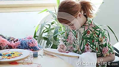 Tiempo libre en cuarentena: trabajo de agujas, artesanía capucha bordada, tela con trama metrajes