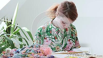 Tiempo libre en cuarentena: trabajo de agujas, artesanía capucha bordada, tela con trama almacen de metraje de vídeo