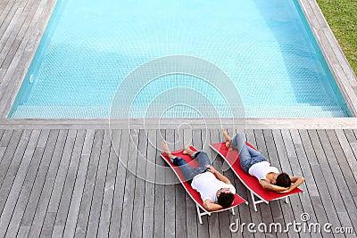 Tiempo pacífico por la piscina