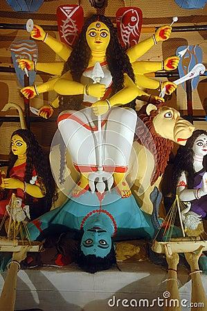 Tien overhandigd idool Durga.