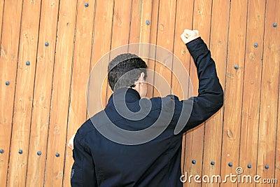 Tiener die de deur klopt