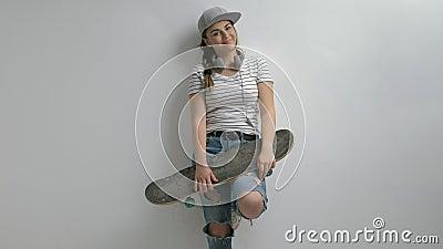 Tiener met een skateboard die een tempo maken ondertekenen stock video