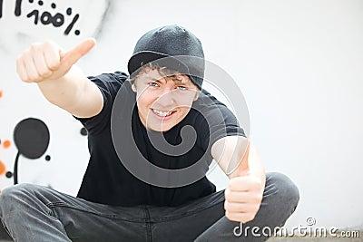 Tiener met omhoog duimen