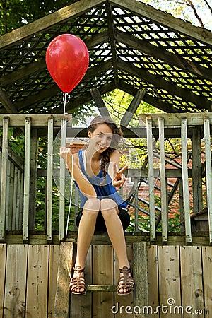 Tiener met rode ballon
