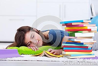 Tiener in slaap door het boek