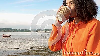 Tiener van het Biracial de Afrikaanse Amerikaanse meisje op een overzeese voorzijde gebruikend haar slim horloge voor sociale med stock footage