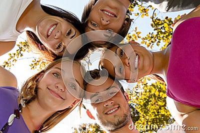 Tienerjaren in een cirkel die in park glimlacht