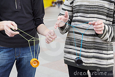 Tienerjaren met jojospeelgoed in handen. nadruk op kleren