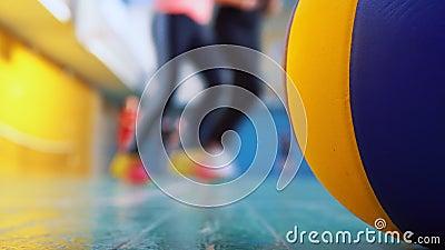 Tieners lopen in de sportzaal van de school stock video