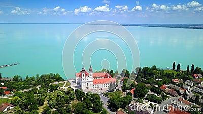 Tihany, Hungría - vuelo 4K alrededor semi del círculo del monasterio benedictino de la abadía de Tihany Tihany metrajes