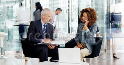 Tijd-tijdspanne van zakenman en onderneemster die met elkaar interactie aangaan stock footage