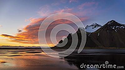 4.000 Tijd verstreken in de Vestrahorn-berg op zonsondergang, IJsland stock footage