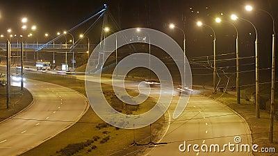 Tijdtijdspanne, de lichte slepen van stadsverkeer op de de bouwachtergrond stock video
