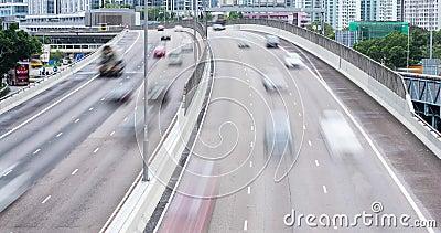 Tijdtijdspanne van bezige snelweg met verkeer in stad Langzame Motie vaag stock videobeelden
