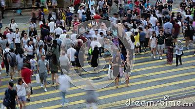 Tijdtijdspanne van bezige straatkruising met verkeer en voetgangers bij nacht in Hong Kong e stock video