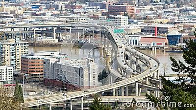 Tijdtijdspanne van het verkeer van de close-upsnelweg op Marquam-brug in de stad van de binnenstad van Portland Oregon langs Will stock video