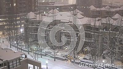 Tilt-Schuss von Gebäuden auf kalten Blizzard-Schnee Winternacht stock footage