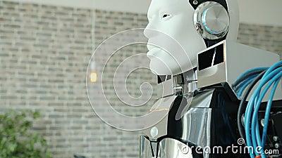 Tilt-up di moderni robot simili all'uomo in ufficio contemporaneo stock footage