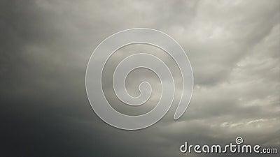 Time Lapse eines schweren grauen Himmels mit den Nimbostratuswolken getragen durch den Wind stock footage