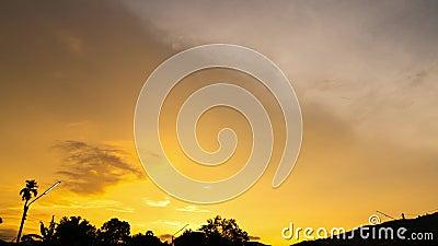 Time lapse Video di nubi che si muovono sul cielo al tramonto o sullo sfondo dell'alba in natura video d archivio