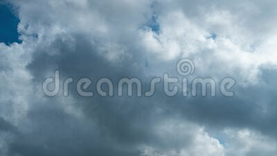 Time lapse Video di una nuvola bianca che si muove sul cielo blu nel pomeriggio archivi video