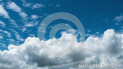 Time lapse Video di una nuvola bianca che si muove sul cielo blu nel pomeriggio video d archivio