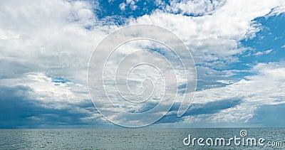 4.000 time-lapte van de zee en de blauwe hemel, witte wolken evolueren en veranderen van vorm, dynamisch weer, mooie seizoenscaps stock videobeelden