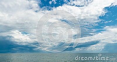 4.000 time-lapte van de zee en de blauwe hemel, witte wolken evolueren en veranderen van vorm, dynamisch weer, mooie seizoenscaps stock footage