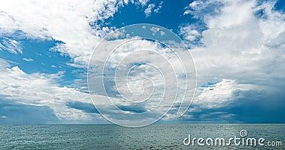 4.000 time-lapte van de zee en de blauwe hemel, witte wolken evolueren en veranderen van vorm, dynamisch weer, mooie seizoenscaps stock video