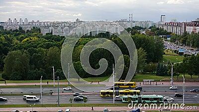 Timelaphe voitures occupées et bus jaunes circulent au-delà du parc de la ville clips vidéos