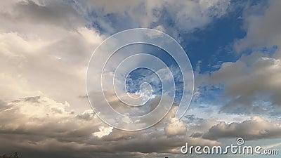 Timelapi på ett dramatiskt molnigt skal med moln som snabbt täcker solen på den blå himlen vid solnedgången på silhuetten på kull arkivfilmer