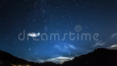 Timelapse星和月亮在山夜空 月出