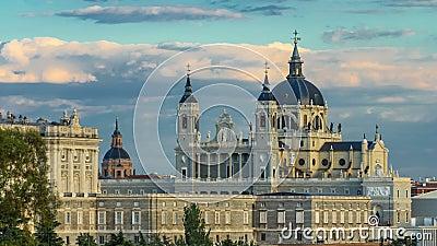 Timelapse горизонта Мадрида, Испании на Ла Реальн de Ла Almudena Соборе Santa Maria и королевский дворец сток-видео