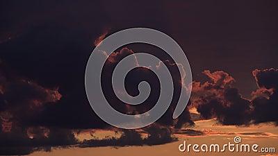 Timelapse драматической панорамы неба захода солнца с гореть красочную предпосылку облаков Идилличный фон cloudscape на зоре Вели сток-видео