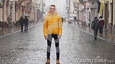Timelapse молодого человека стоя все еще на тротуаре в потоке движения толпы при люди двигая быстро видеоматериал