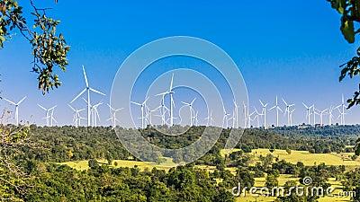 Timelapse фермы ветротурбины в красивой природе с blackground голубого неба, производя электричество акции видеоматериалы