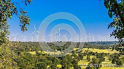 Timelapse фермы ветротурбины в красивой природе с blackground голубого неба, производя электричество сток-видео