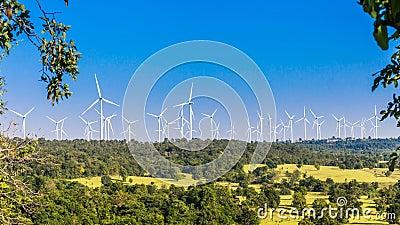 Timelapse фермы ветротурбины в красивой природе с blackground голубого неба, производя электричество видеоматериал