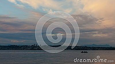 Timelapse av moln och himmel över vit vaggar F. KR. Kanada från den Semiahmoo fjärden i Blaine, Washington på solnedgången 4k stock video