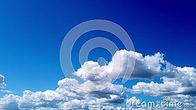 Timelapse, blanco, hermosas nubes ventiladas están corriendo contra el cielo azul almacen de video