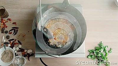 Timelapse da carne de Stirrers Vegetables With do cozinheiro chefe no frigideira chinesa na cozinha comercial Pan Asian Cuisine vídeos de arquivo