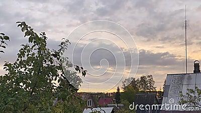 Timelapse - Dageraad in het dorp Mooie hemel met wolken stock footage