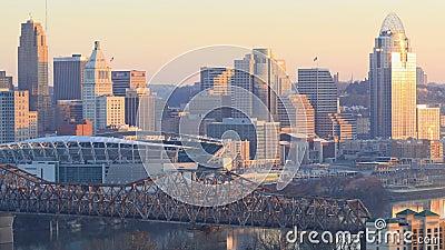 Timelapse day to night of Cincinnati, Ohio, Verenigde Staten, in een lus van 4.000 stock footage