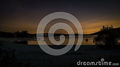 Timelapse de estrellas fugaces y de aviones en la noche en Provence, Francia, sobre el lago Sainte Croix almacen de metraje de vídeo