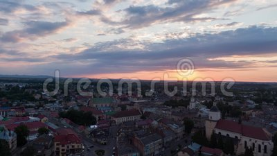 timelapse de 4K Aerolapse/hyperlapse aériens du soleil scénique de vue d'horizon de ville du coucher du soleil à Lviv banque de vidéos