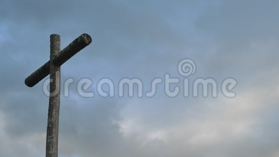 Timelapse de la cruz de madera en espacio del cielo nublado y de la copia Fondo cristiano, escena espiritual metrajes
