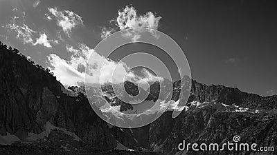 Timelapse de las nubes blancas que corren en cumbres en la cadena de montañas de los Pirineos en primavera Vista del pico de Troi almacen de metraje de vídeo